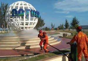 Damkar Semprot Disinfektan di Pantai Piwang dan TIC Natuna Lawan Covid-19