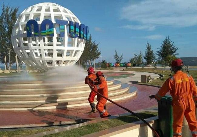 You are currently viewing Damkar Semprot Disinfektan di Pantai Piwang dan TIC Natuna Lawan Covid-19