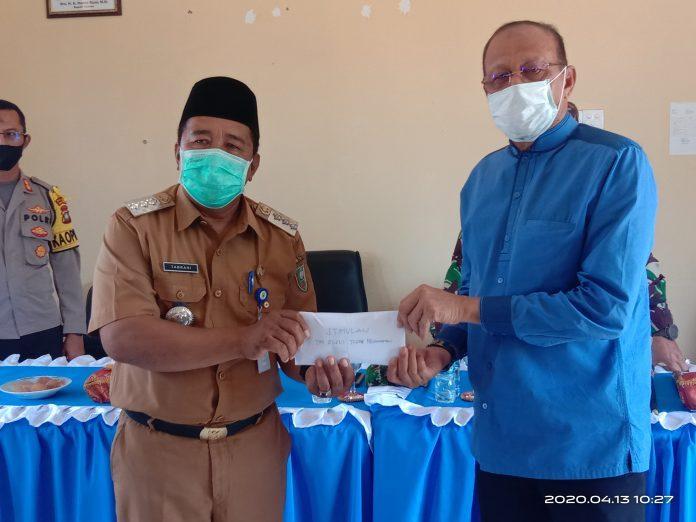 You are currently viewing Berkunjung Ke Pulau Laut Bupati Natuna Serahkan Bantuan Sembako Ke Masyarakat