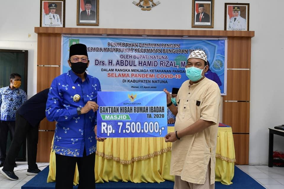 You are currently viewing Cegah Covid – 19, Bupati Natuna Serahkan Bantuan di Kecamatan Bunguran Timur