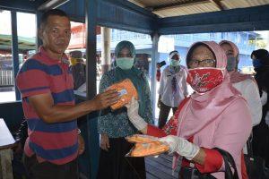 Read more about the article Ketua PKK Natuna Hj. Nurhayati Hamid Rizal Bagikan Masker Gratis di Sedanau