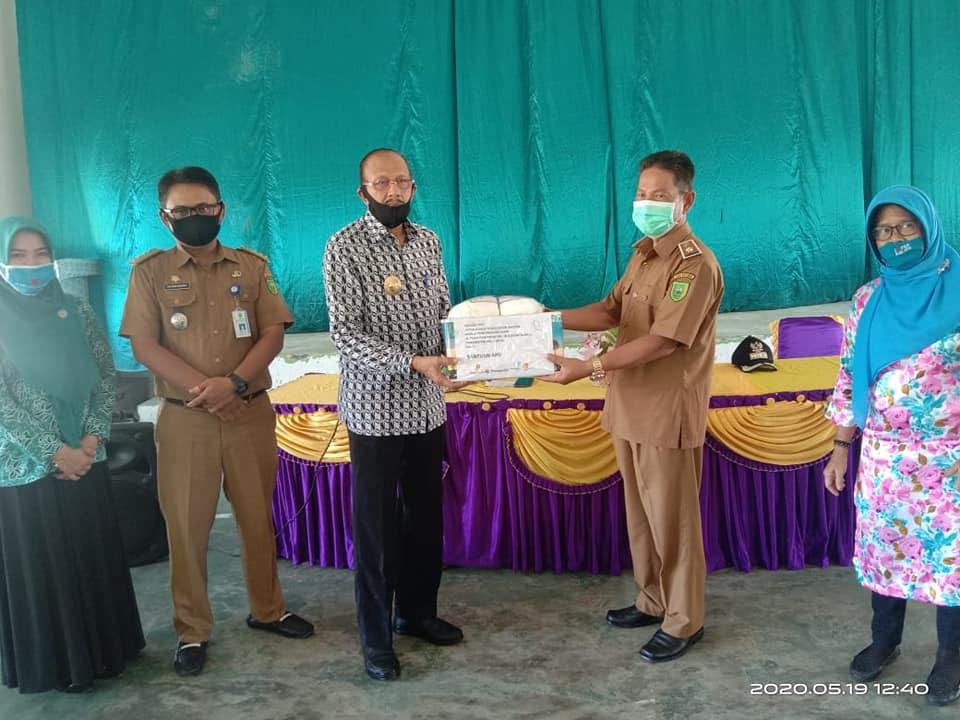 You are currently viewing Kunker ke Bunguran Barat, Bupati Natuna Kembali Salurkan Bantuan Sembako dan APD