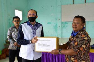 Kunjungi Selaut, Bupati Natuna Serahkan Bantuan Sembako dan APD